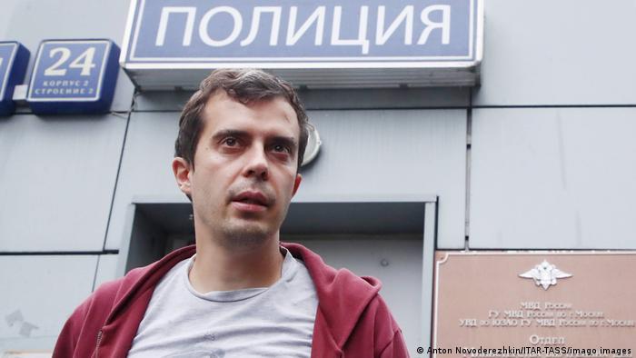Moskau | Roman Dobrokhotov | Chefredakteur von The Insider vor einer Polizei-Station