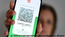 ABD0011_20210705 - WIEN - ÖSTERREICH: ++ THEMENBILD ++ Illustration zum Thema Corona / Grüner Pass / Impfnachweis / Impfzertifikat / App. Das Gesundheitsministerium stellt in Zusammenarbeit mit dem Bundesrechenzentrum eine App für den Grünen Pass zur Verfügung. Die digitale Anwendung soll eine sichere Offline-Speicherung der EU-konformen Zertifikate inklusive QR-Code sowie einen einfachen Vorweis selbiger bei Zutritten und Reisen innerhalb der Europäischen Union ermöglichen. - FOTO: APA/HELMUT FOHRINGER - 20210705_PD0814