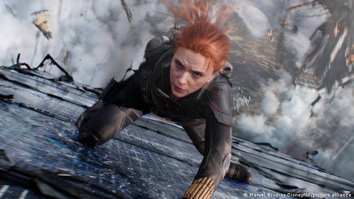 Scarlett Johansson in diesem Filmstill steigt eine Wand empor.