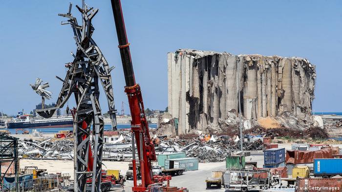 Eine Stahlstatue vor einem halbverfallenen Gebäude