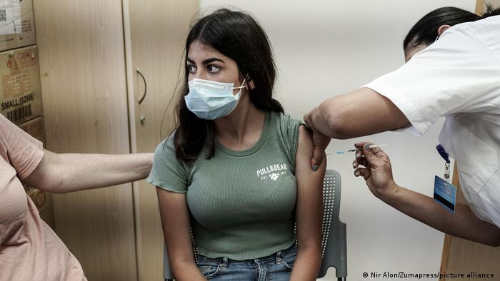 حسب الصحة العالمية اللقاحات هي الحل الوحيد (فتاة في القدس تتلقى اللقاح 24 يونيو 2021)