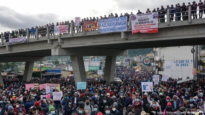 Foto de manifestantes que exigen la renuncia de Alejandro Giammattei