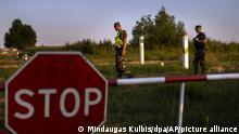 Mitglieder des litauischen Grenzschutzdienstes patrouillieren an der Grenze zu Belarus. Litauen hat angesichts einer stark steigenden Zahl illegal Einreisender mit dem Bau eines Zauns an der Grenze zu Belarus begonnen. Der belarussische Machthaber Lukaschenko hat der EU wiederholt damit gedroht, als Reaktion auf die gegen Minsk verhängten Sanktionen Flüchtlinge aus Kriegsgebieten durchzulassen. +++ dpa-Bildfunk +++