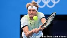 Tennis: Olympia, Vorkampf, Einzel, Herren, Halbfinale Djokovic (Serbien) - Zverev (Deutschland) im Ariake Tennis Centre. Alexander Zverev spielt eine Rückhand.
