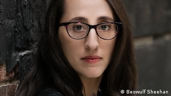 Foto de rosto de mulher de óculos e cabelos longos pretos