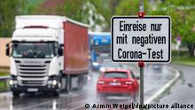Ein Schild mit der Aufschrift Einreise nur mit negativen Corona-Test steht an der deutsch-tschechischen Grenze. +++ dpa-Bildfunk +++