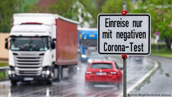 Schild mit der Aufschrift Einreise nur mit negativen Corona-Test an der deutsch-tschechischen Grenze