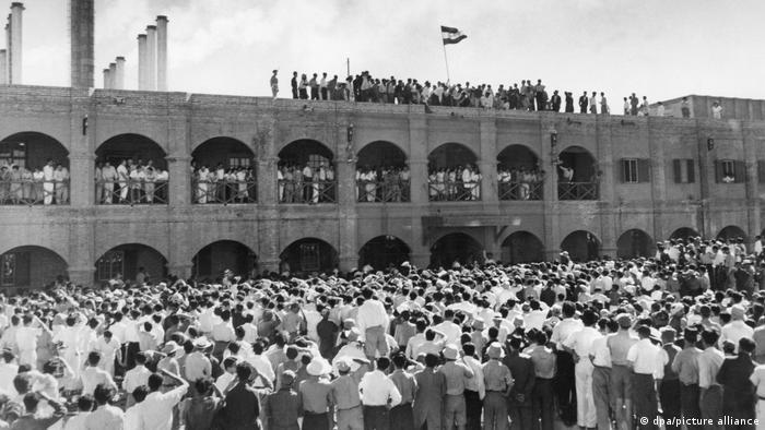 تجمع مردم برای ملی شدن نفت در پالایشگاه آبادان در سال ۱۹۵۱ میلادی