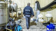 2021-07-30 16:52:15 NEDERWEERT - Die Polizei ermittelt im Hoogbosweg in Nederweert. Nach eigenen Angaben fand die Polizei in den Niederlanden den größten und professionellsten Produktionsstandort von Crystal Meth, den es je gab. ANP MARCEL VAN HORN