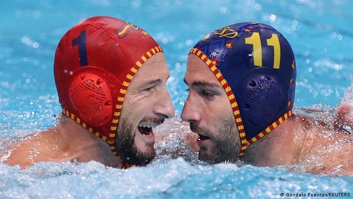 Golman Pinjedo i igrač Guel posle utakmice u kojoj je Španija pobedila Australiju 15:6. Crna Gora je pobedila Kazahstan 19:12. Jutros je Hrvatska pobedila Srbiju 14:12. U grupi A Mađarska je pobedila SAD 11:8.