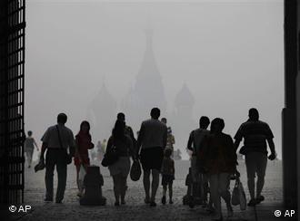 Moscow's St. Basil's Cathedral seen through the heavy smog, with people in the foreground