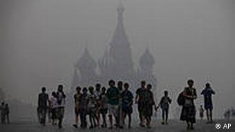 People in Moscow under a cloud of smoke
