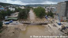 Die Behelfsbrücke, die in Bad Neuenahr vom Technischen Hilfswerk (THW) an der Stelle errichtet wurde, an der die Markgrafenbrücke von der Flut zerstört wurde, ist fertiggestellt. Ab Montag kann der Autoverkehr die Brücke über die Ahr nutzen. (Aufnahme mit einer Drohne)