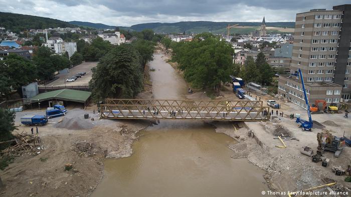 Bad Neuenahr-Ahrweiler, Rheinland-Pfalz   Behelfsbrücke vom THW eröffnet