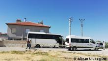 ***31.07.21*** In der Türkei sorgt ein mutmaßlich rassistisch motivierter, tödlicher Angriff auf eine kurdische Familie für Entsetzen. Bewaffnete Angreifer drangen am Freitag in das Haus der Familie nahe der Stadt Konya ein, töteten sieben Menschen. DW Türkisch Korrespondet Alican Uludag ist vor Ort (in Konya Meram) und macht Recherche über das Geschehen. Die Bilder zeigen den Tatort.