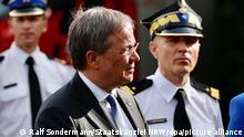 CDU/CSU-Kanzlerkandidat und Ministerpräsident von Nordrhein-Westfalen, Armin Laschet (M), trifft Einsatzkräft der polnischen Feuerwehr. Diese hatten am 27.07.2021 insgesamt 164 Bautrockner nach Nordrhein-Westfalen geliefert, um die Betroffenen der Unwetterkatastrophe zu unterstützen. Laschet bedankte sich persönlich für die Unterstützung. +++ dpa-Bildfunk +++