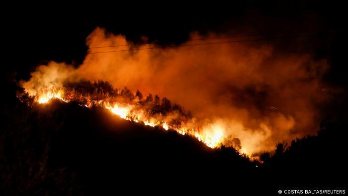 یونان از جمله کشورهایی است که از گرمای شدید رنج میبرند. نقاط مختلف این کشور دچار آتشسوزیهای مهیب شده که هنوز هم مهار نشدهاند، از جمله در منطقه پلوپونز.