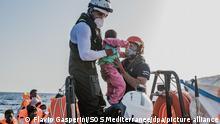 Helfer retten ein Kind aus einem Schlauchboot. Die «Ocean Viking» kam am Samstagmorgen nach eigenen Angaben mehr als 50 Menschen in der libyschen Such- und Rettungszone zu Hilfe, die mit ihrem Schlauchboot in Seenot geraten waren. Unter den Menschen waren demnach Frauen und Kinder. +++ dpa-Bildfunk +++