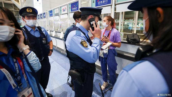 Кристина Тимановская и японские полицейские в аэропорту Токио