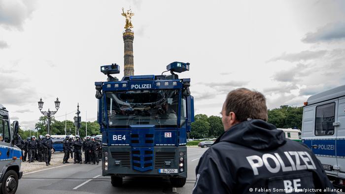 Armatki sprowadzone na miejsce protestu koronasceptyków w Tiergarten w Berlinie