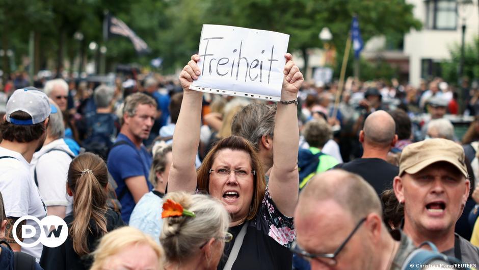 """Covid-19: des manifestants disent toujours """"Non"""" aux mesures de restrictions"""