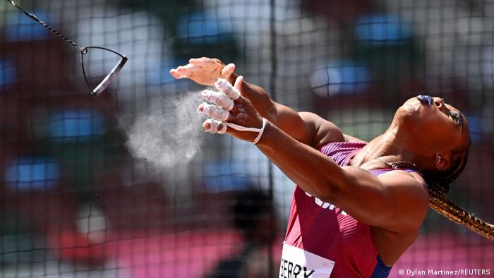 گوین بری، ستاره آمریکا در ماده پرتاب چکش از ورزشکارانی است که از صحنه رقابتهای ورزشی برای پرداختن به موضوعات گوناگون اجتماعی استفاده میکند، از جمله تبعیض نژادی و نژادپرستی. بری عضو تیم ملی دو و میدانی آمریکا در بازیهای المپیک توکیو است.