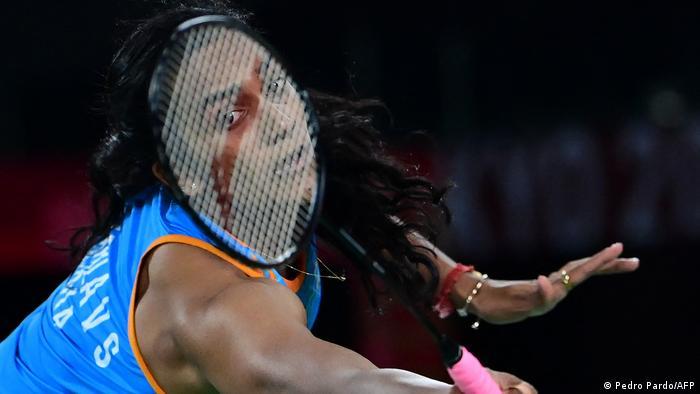تصویری دیدنی از پی وی سیندو، بازیکن تیم ملی بدمینتون هند در حین پیکارش با حریف چینی که در نهایت با پیروزی و کسب مدال برنز برای سیندو همراه بود.