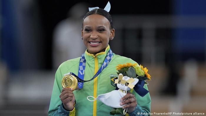 A ginasta brasileira Rebeca Andrade mostra sua medalha de ouro em Tóquio 2020