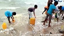 Pemba, Cabo Delgado, Mosambik+++Menschen versuchen Öl zu bekommen am Strand