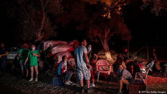 سواحل جنوب ترکیه در آنتالیا که از نقاط محبوب گردشگران است، چندین روز است که شاهد آتشسوزیهای مهیب هستند. شبکه سیانان ترک گزارش داده که یکی از محلههای بدروم کاملا تخلیه شده و مأمورن ۵۴۰ نفر را با قایق به نقاط امن منتقل کردهاند.
