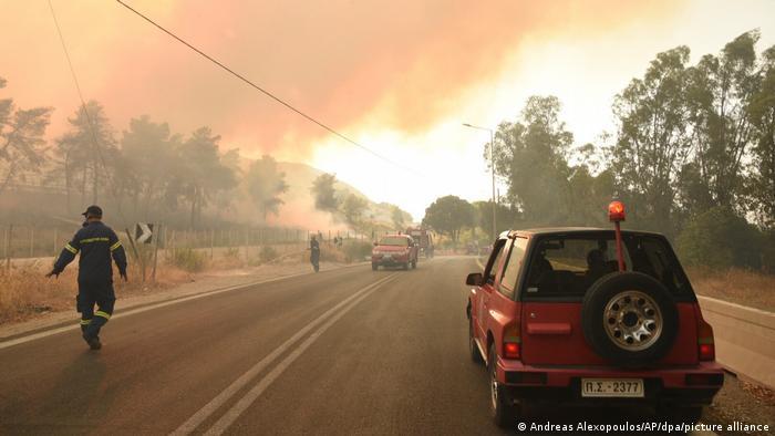 تصویری از تلاش مأموران برای مقابله با حریق در نزدیکی روستای لامپیری واقع در غرب پاتراس در یونان.
