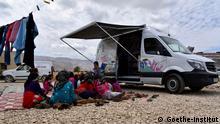 """Der Bibliotheksbus """"BibBus"""" bot 2017 Bücherausleihe und Vorlesungen für geflüchtete und benachteiligte Kinder und Jugendliche im Libanon an."""
