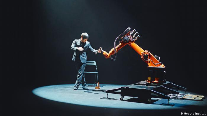 El inventor taiwanés Huang Yi baila con el robot industrial KUKA.