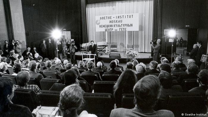 El ministro de Relaciones Exteriores germano Klaus Kinkel habla en Moscú. (1992).