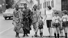 1969 Goethe-Institut Murnau, Sprachstudenten aus Ghana mit ihrer Gastfamilie unterwegs in Murnau