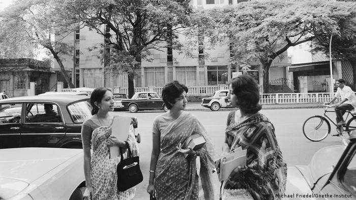 Tres estudiantes conversan ante la sede del Instituto Goethe en Mumbai, en 1973.