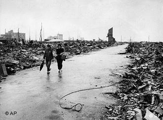 Zwei Menschen laufen eine menschenleere Straße durch das komplett zerstörte Hiroshima entlang (Foto: AP Photo/U.S. Air Force, file)