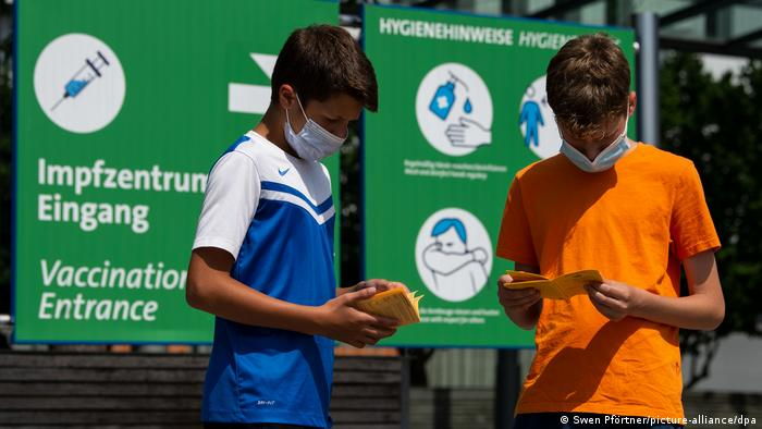 Zwei Brüder - zwölf und 13 Jahre alt- mit ihrem Impfpass