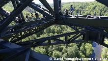 02/06/2021 An Gurten gesichert und durch einen Helm geschützt sind Kletterer in dem Stahlgerüst der Müngstener Brücke unterwegs. Ab August wird der steile Aufstieg in der luftigen Stahlkonstruktion bis zu einer Aussichtsplattform in rund 100 Meter Höhe möglich sein. +++ dpa-Bildfunk +++