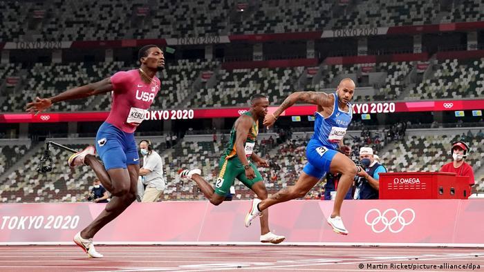 لامونت مارسل جیکوبز ایتالیایی (راست) قهرمان مرحله فینال دوی ۱۰۰ متر المپیک توکیو شد. او توانست در ۸۰/ ۹ ثانیه بر فرد کرلی از آمریکا پیشی گیرد. مدال طلا به مارسل جیکوبز، نقره به فرد کرلی و برنز به آندره گراس از کانادا رسید. جیکوبز نخستین مرد ایتالیایی است که توانسته قهرمان دوی ۱۰۰ متر المپیک شود.