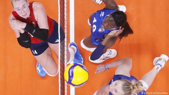 صحنهای از پیکار تیمهای ملی والیبال زنان ایتالیا (پیراهن آبی) و آمریکا.