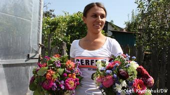 девушка с букетами цветов в руках