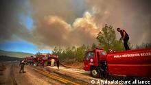 02.08.2021, Türkei, Bodrum: Feuerwehrleute sind während eines Waldbrandes im Einsatz. In der Türkei kämpfen Tausende Einsatzkräfte den sechsten Tag in Folge gegen Wald- und Buschbrände in der Mittelmeerregion. Foto: Uncredited/AP/dpa +++ dpa-Bildfunk +++
