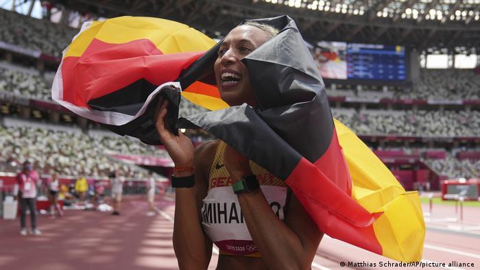 Немецкая легкоатлетка Малайка Михамбо, завоевавшая золотую медаль по прыжкам в длину на Олимпиаде-2020 в Токио