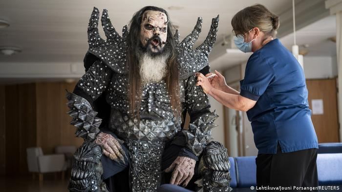 Auch Mister Lordi, Frontmann der finnischen Hardrock-Formation Lordi, ließ sich Anfang August den Pieks geben