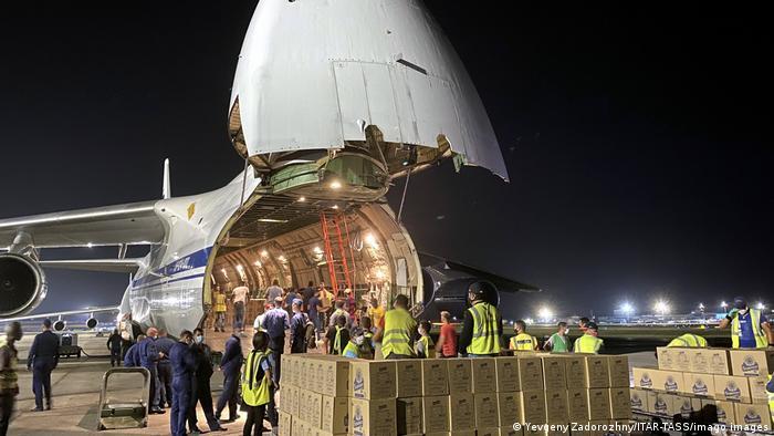 Transportflugzeug mit hochgeklappter Nase wird entladen