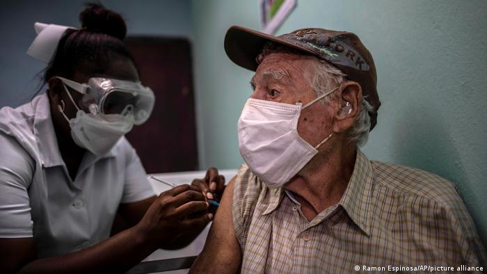 Ein Mann bekommt in Havanna eine Impfung gegen Corona