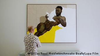 Kunstsammler Timo Miettinen vor einem Porträt des Malers Amoako Boafo
