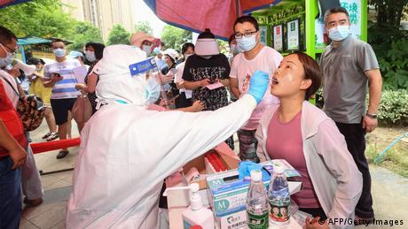 Mulher realiza teste de covid-19 na cidade chinesa de Wuhan