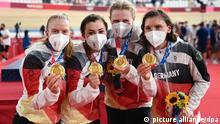 Radsport/Bahn: Olympia, 4000m Mannschaftsverfolgung, Frauen, Finale im Izu Velodrome. Deutschlands Franziska Brauße, Lisa Klein, Mieke Kröger und Lisa Brennauer (l-r) zeigen ihre Goldmedaille.